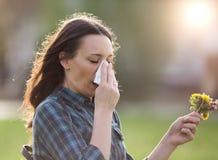 Γυναίκα που έχει τα συμπτώματα της αλλεργίας γύρης άνοιξη Στοκ Εικόνες