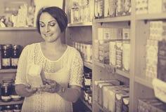 Γυναίκα που έχει τα συμπληρώματα υγείας στο κιβώτιο στο φαρμακείο στοκ φωτογραφίες με δικαίωμα ελεύθερης χρήσης