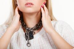 Γυναίκα που έχει την αλυσίδα μετάλλων γύρω από το λαιμό Στοκ εικόνες με δικαίωμα ελεύθερης χρήσης