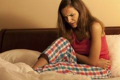 Γυναίκα που έχει την εμμηνόρροια στοκ φωτογραφίες