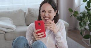 """Γυναίκα που έχει τη διασκέδαση που χρησιμοποιεί Ï""""Î¿ κινητό τηλέφωνο στΠαπόθεμα βίντεο"""
