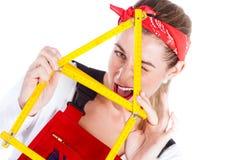 Γυναίκα που έχει τη διασκέδαση με την εγχώρια βελτίωση στοκ φωτογραφία με δικαίωμα ελεύθερης χρήσης