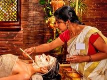 Γυναίκα που έχει τη μάσκα ayurveda spa στοκ εικόνες με δικαίωμα ελεύθερης χρήσης