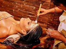 Γυναίκα που έχει τη μάσκα ayurveda spa στοκ εικόνες