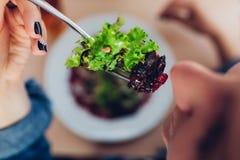 Γυναίκα που έχει τη σαλάτα στο εστιατόριο τρώγοντας το κορίτσι τρο&ph στοκ εικόνα