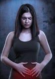 Γυναίκα που έχει τον εμμηνορροϊκό ή πόνο στομαχιών Στοκ φωτογραφία με δικαίωμα ελεύθερης χρήσης