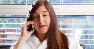 Γυναίκα που έχει τον καφέ μιλώντας στο κινητό τηλέφωνο φιλμ μικρού μήκους