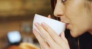 Γυναίκα που έχει τον καφέ στον καφέ 4k απόθεμα βίντεο