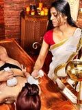 Γυναίκα που έχει το μασάζ με τη σακούλα του ρυζιού. στοκ εικόνες