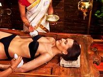 Γυναίκα που έχει το μασάζ με τη σακούλα του ρυζιού στοκ φωτογραφίες