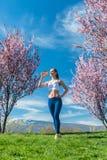 Γυναίκα που έχει το σπάσιμο από το τρέξιμο του πόσιμου νερού Στοκ Φωτογραφίες