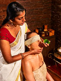 Γυναίκα που έχει ayurveda spa την επεξεργασία Στοκ Φωτογραφία
