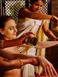 Γυναίκα που έχει ayurveda spa την επεξεργασία στοκ εικόνες