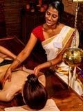 Γυναίκα που έχει Ayurvedic spa την επεξεργασία Στοκ Εικόνες