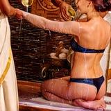 Γυναίκα που έχει Ayurvedic spa την επεξεργασία Στοκ Φωτογραφία
