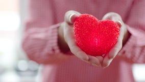 Γυναίκα που δίνει μακριά την καρδιά της απόθεμα βίντεο