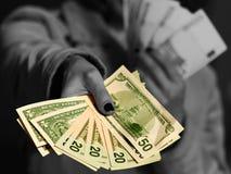 Γυναίκα που δίνει τα χρήματα δολαρίων Στοκ εικόνα με δικαίωμα ελεύθερης χρήσης