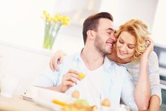 Γυναίκα που δίνει το αγκάλιασμα καλημέρας στο σύζυγό της στοκ εικόνα με δικαίωμα ελεύθερης χρήσης