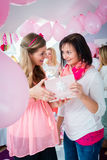Γυναίκα που δίνει το δώρο στον έγκυο φίλο στο ντους μωρών Στοκ Φωτογραφία