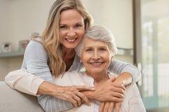 Γυναίκα που αγκαλιάζει τη μητέρα με την αγάπη στοκ εικόνες