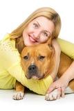Γυναίκα που αγκαλιάζει το σκυλί της στοκ εικόνα