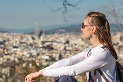 Γυναίκα που αγνοεί τη εικονική παράσταση πόλης της Βαρκελώνης από Montjuic Στοκ Εικόνα