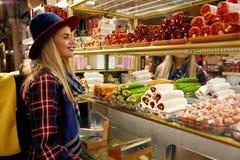 Γυναίκα που αγοράζει τα τουρκικά γλυκά στην ανατολική αγορά τροφίμων στοκ φωτογραφία με δικαίωμα ελεύθερης χρήσης