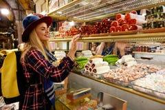 Γυναίκα που αγοράζει τα τουρκικά γλυκά στην ανατολική αγορά τροφίμων στοκ εικόνες