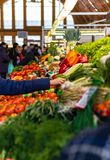 Γυναίκα που αγοράζει τα φρέσκα λαχανικά από έναν αγρότη στοκ εικόνα