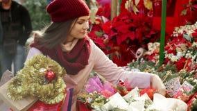 Γυναίκα που αγοράζει τις floral συνθέσεις φιλμ μικρού μήκους
