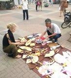 Γυναίκα που αγοράζει τον κινεζικό ανεμιστήρα Στοκ εικόνες με δικαίωμα ελεύθερης χρήσης