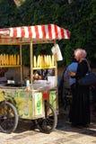 Γυναίκα που αγοράζει το ψημένο καλαμπόκι Στοκ Εικόνες
