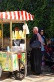 Γυναίκα που αγοράζει το ψημένο καλαμπόκι Στοκ Φωτογραφίες