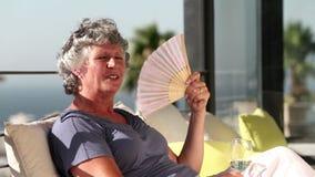 Γυναίκα που αερίζεται στο μπαλκόνι απόθεμα βίντεο