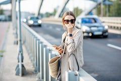 Γυναίκα που αισθάνεται κακή επειδή FO η ατμοσφαιρική ρύπανση υπαίθρια στοκ εικόνα