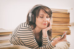Γυναίκα που ακούει ένα audiobook στοκ φωτογραφία με δικαίωμα ελεύθερης χρήσης