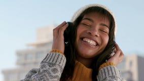 Γυναίκα που ακούει τη μουσική μια χειμερινή ημέρα απόθεμα βίντεο
