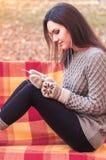 Γυναίκα που ακούει τη μουσική σε έναν πάγκο Στοκ φωτογραφία με δικαίωμα ελεύθερης χρήσης