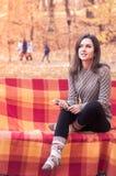 Γυναίκα που ακούει τη μουσική σε έναν πάγκο Στοκ φωτογραφίες με δικαίωμα ελεύθερης χρήσης