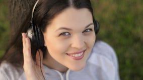 Γυναίκα που ακούει τη μουσική στη φύση απόθεμα βίντεο