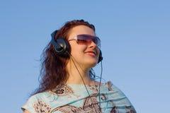 Γυναίκα που ακούει τη μουσική Στοκ Εικόνες