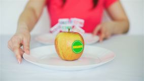Γυναίκα που αλλάζει την υγιή Apple επιβλαβές doughnut φιλμ μικρού μήκους