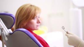 γυναίκα που λαμβάνει την οδοντική επιθεώρηση από τον οδοντίατρο φιλμ μικρού μήκους
