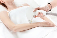 Γυναίκα που λαμβάνει τη φροντίδα δέρματος λέιζερ σε διαθεσιμότητα Στοκ φωτογραφίες με δικαίωμα ελεύθερης χρήσης