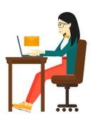Γυναίκα που λαμβάνει το ηλεκτρονικό ταχυδρομείο ελεύθερη απεικόνιση δικαιώματος