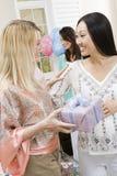 Γυναίκα που λαμβάνει το δώρο ντους μωρών από το φίλο Στοκ Φωτογραφία
