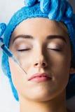 Γυναίκα που λαμβάνει botox την έγχυση στα χείλια της Στοκ εικόνα με δικαίωμα ελεύθερης χρήσης