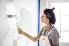 Γυναίκα που ανακαινίζει το σπίτι μόνο Στοκ Εικόνες