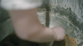 Γυναίκα που ανακατώνει τη ζύμη απόθεμα βίντεο
