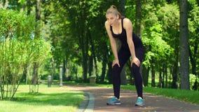 Γυναίκα που αναπνέει μετά από το μαραθώνιο τρεξίματος υπαίθριο Κουρασμένος θηλυκός δρομέας απόθεμα βίντεο